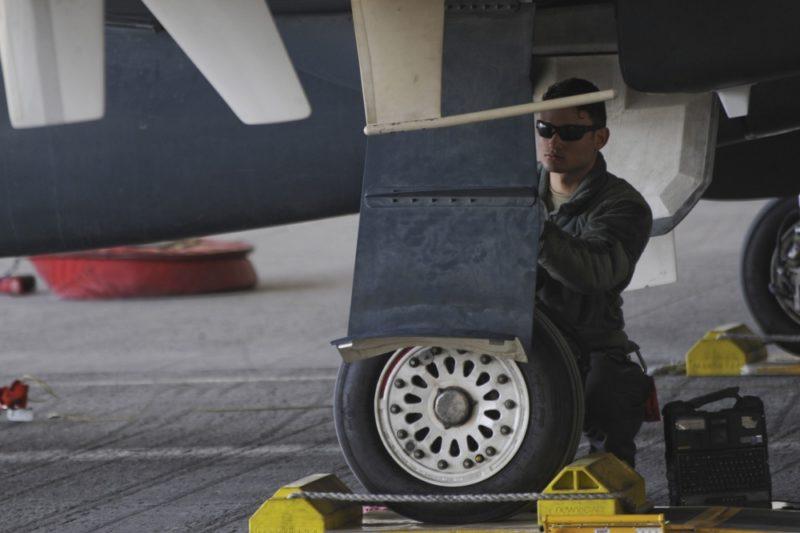 空軍一等兵 Christian De Jesus Roman 正為「全球鷹」無人偵察機進行起飛前檢查。