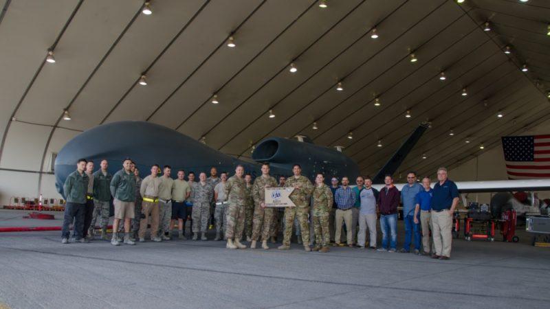 一眾空軍第 99 遠征偵察中隊(99th Expeditionary Reconnaissance Squadron)的成員慶祝 EQ-4 無人偵察機的飛行時數突破2萬小時大關。