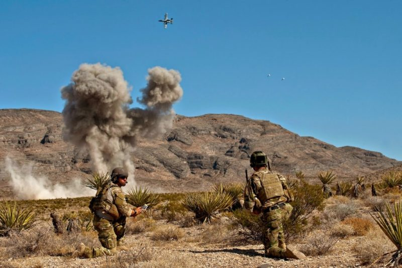 A-10攻擊機聽從前進空中管制員指示投擲炸彈。