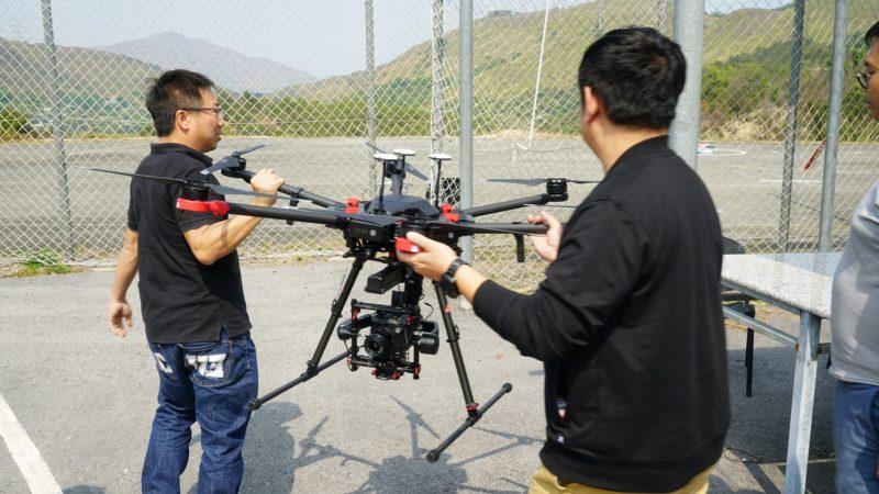 搭載雲台及相機後的 M600 Pro 需兩人共同搬動。