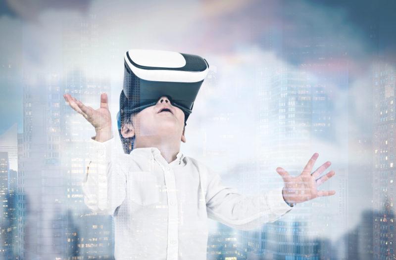 有意見認為 VR裝置可幫助特殊兒童(例如患有大腦麻痺症的兒童)克服發展障礙。