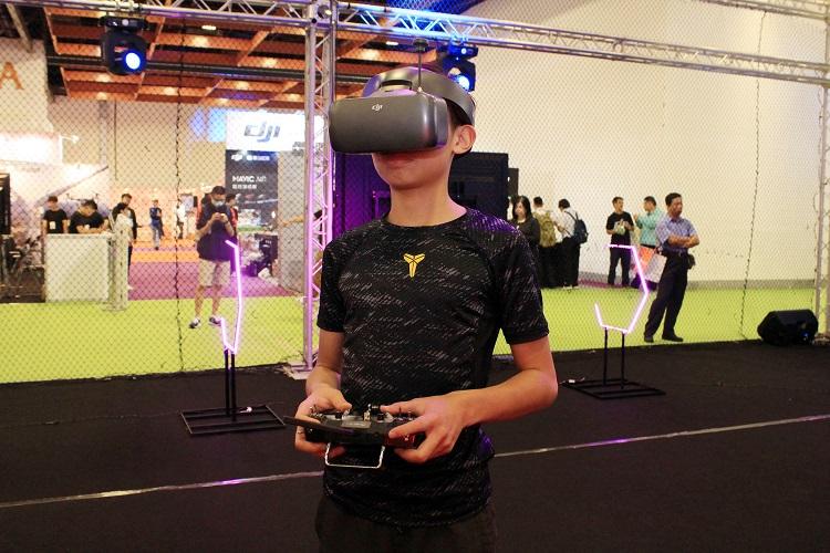 飛手以 FPV 眼鏡操作無人機比賽。