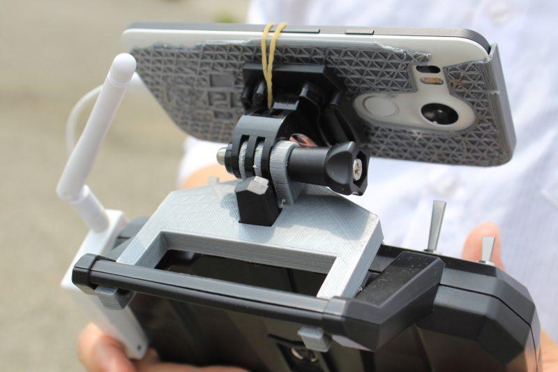 遙控上的手機固定器和手機殼以 3D 打印機打印而成,郭先生表示耐用度略嫌不足。
