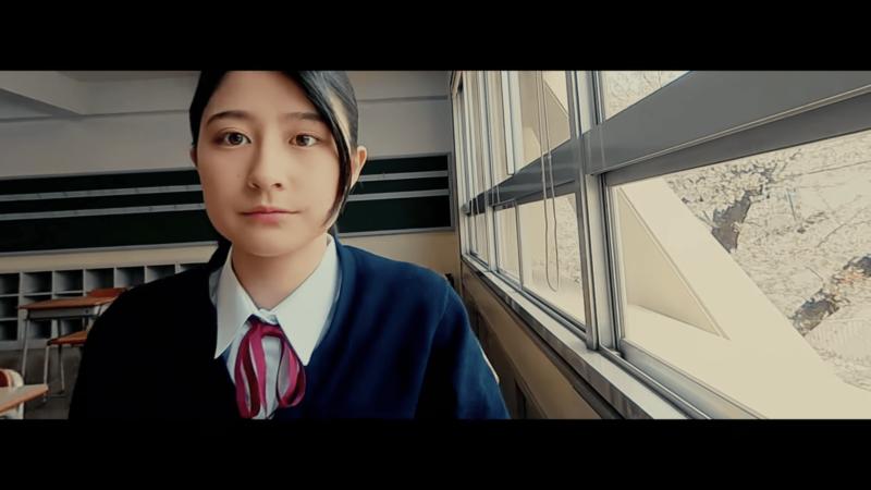 迷你航拍機穿過女高中生和窗邊之間的窄距。