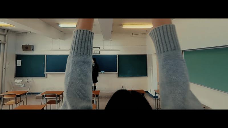 再穿過另一名女高中生舉高緊扣的雙手之間。