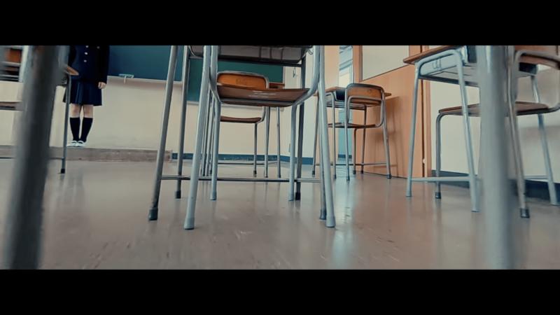 低飛穿過 3 張書桌桌底。