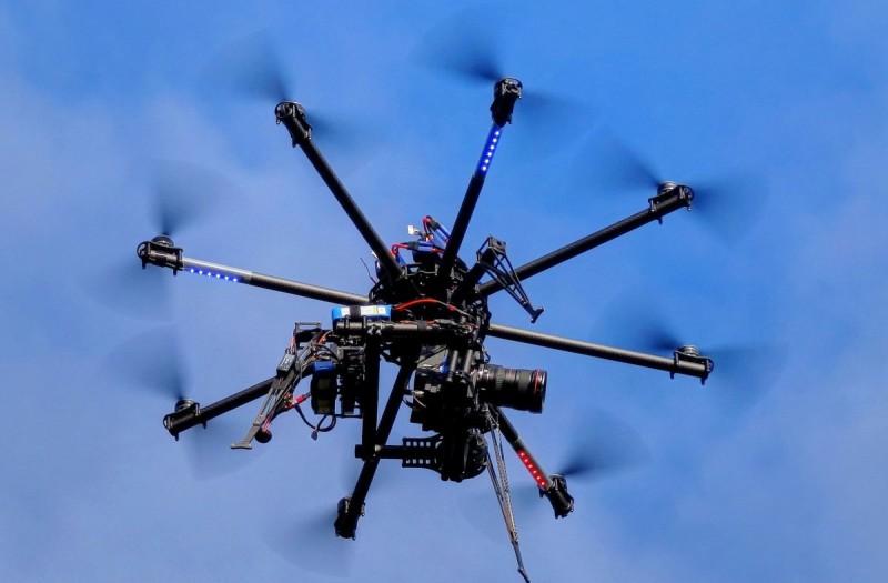 圖為 8 軸無人機。