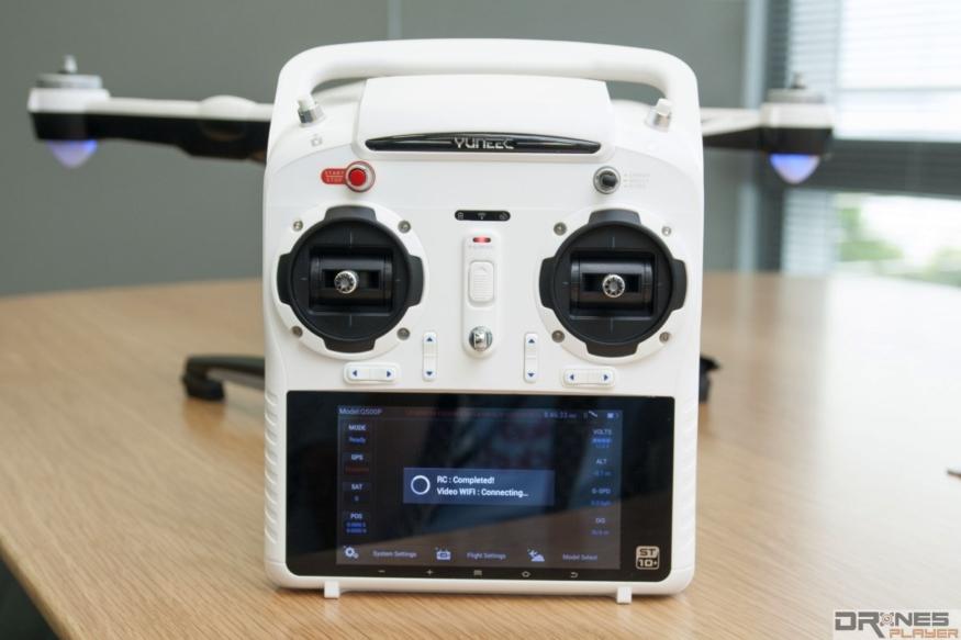 Yuneec 的遙控器內置觸屏兼 GPS 模組,又預載《Android》作業系統,簡直是一部平板電腦。