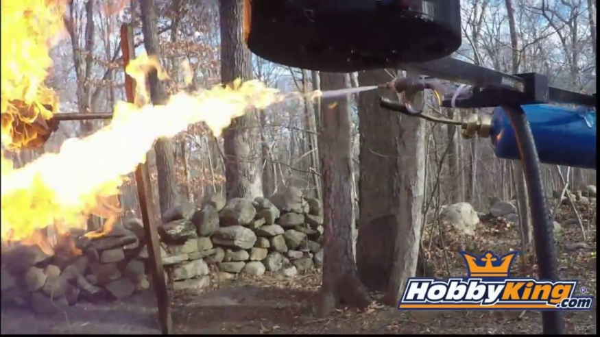 以特殊視點觀看噴火槍無人機發射高熱火焰燒烤火雞的過程!