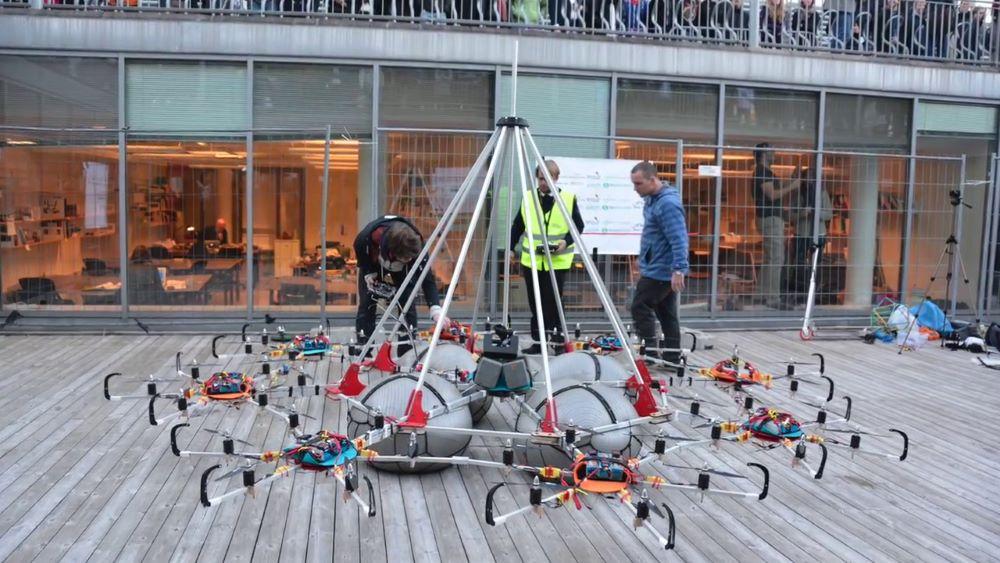 Megacopter 的框架由鉻合金和夾板製成,下方設置 4 個避震球體。