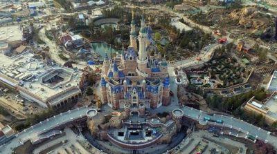 在空拍機的鏡頭下,可見上海迪士尼的「奇幻童話城堡」的真身。(圖片來源:翻攝自新華視點微博)