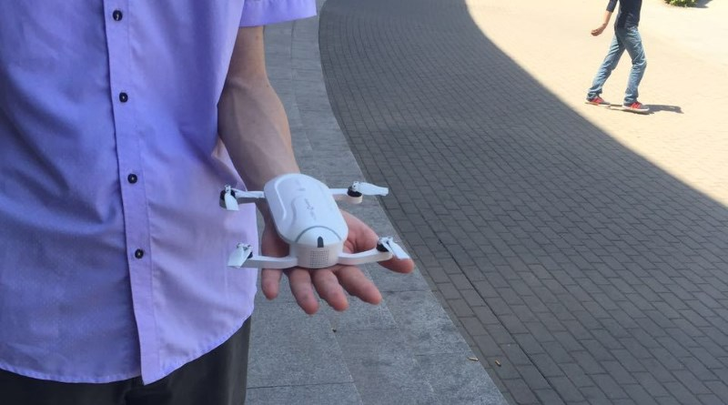 零度智控 Dobby 航拍機的機體只有手掌般大小。