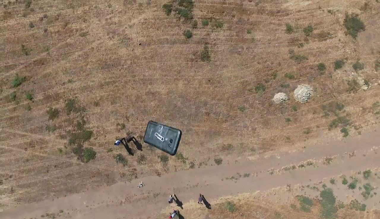 既然出動了 DJI Phantom 4 空拍機,當然要拍攝手機自由落體的 FPV 畫面。