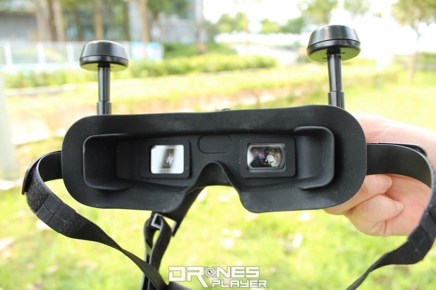 億航 VR 眼鏡的內框不大,戴上矯視眼鏡便套不上去。