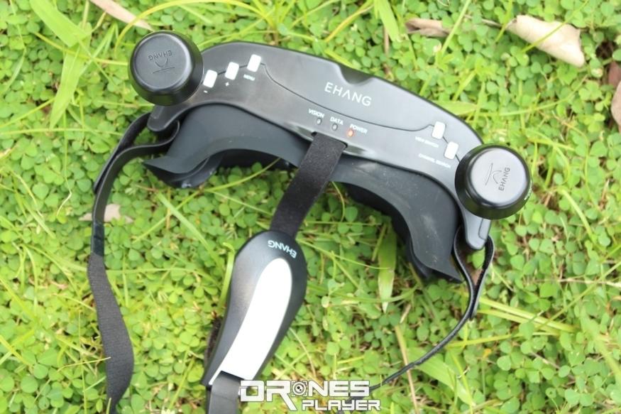 億航 VR 眼鏡上有多枚按鈕,功用包括切換 VR 眼鏡視像鏡頭所拍的地面視角和航拍相機所攝的 FPV 空中視角。