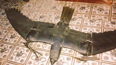 鷹型無人機墮落於索馬利亞(Adam A. Omar/Twitter)