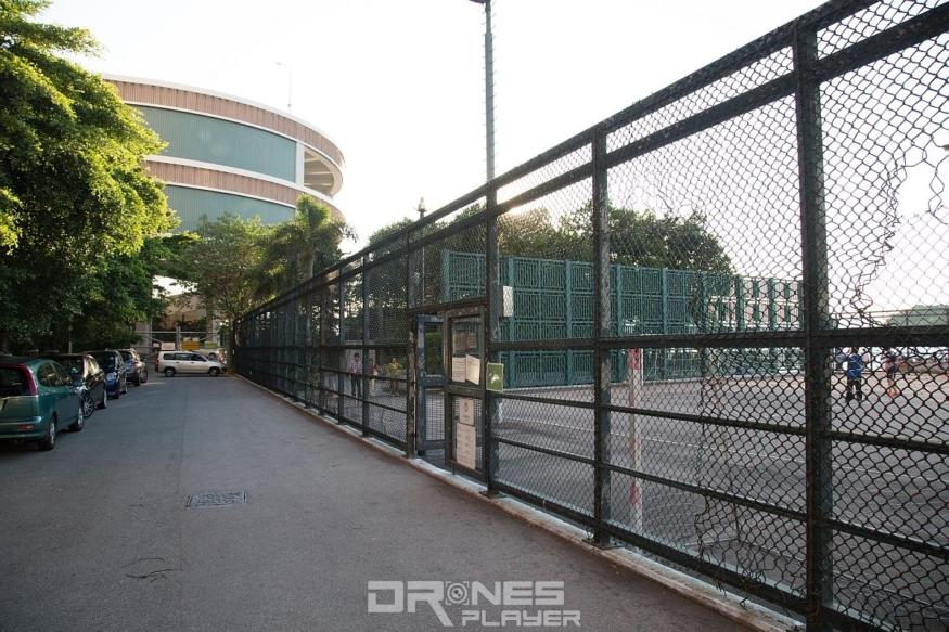 西寧街盡頭左方可暫時停泊車輛,右方穿過足球場便可到達海旁的位置。