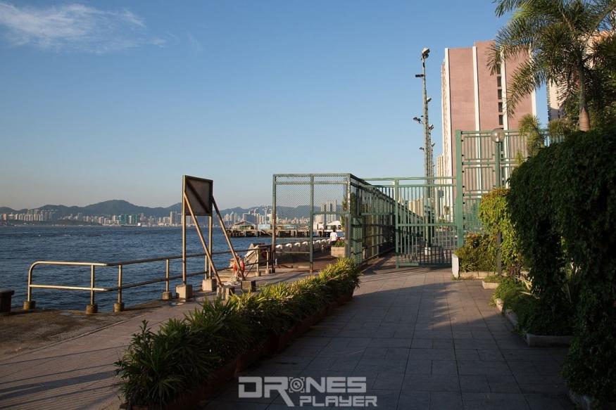 西寧街海旁位置有一處廣闊的平地,可供放飛航拍機。