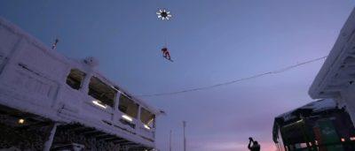 巨無霸無人機拉動滑雪 凌空飛躍