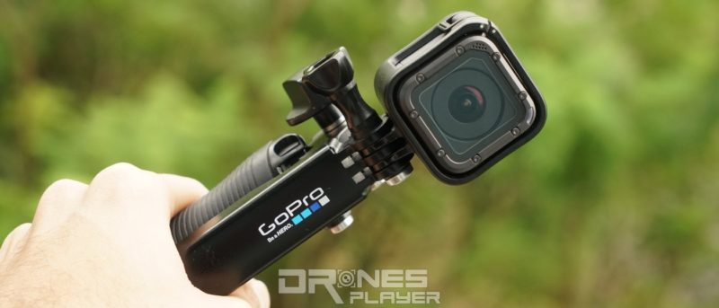 手持配備 GoPro HERO 5 Session 的 GoPro Karma Grip