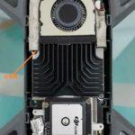 疑似 DJI Spark 無人機的內部結構,可見機首裝設了前置的障礙物感測器,以實現感知避障功能;機身中央覆蓋著散熱片的位置可能是系統處理器的所在。