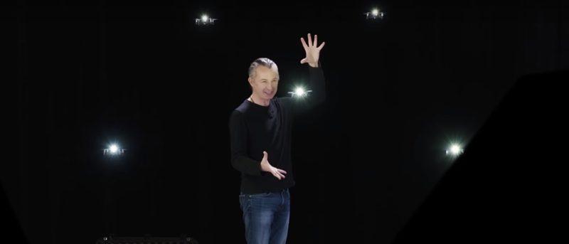 集群無人機與魔術師互動迸發演技火花