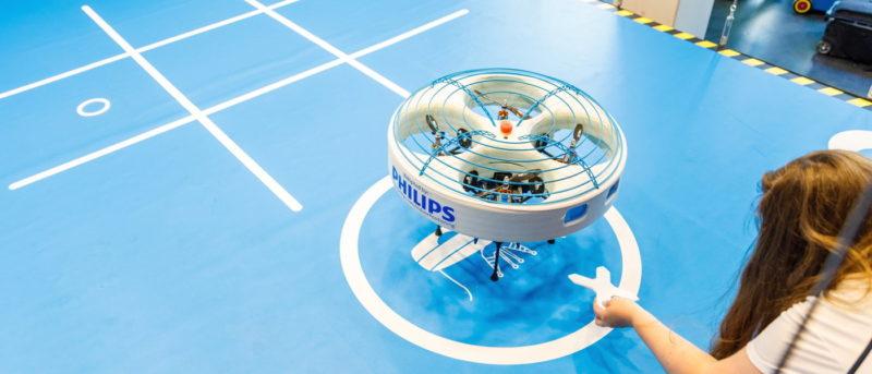 飛利浦照明(Philips Lighting)用可見光通訊技術遙控無人機玩井字過三關