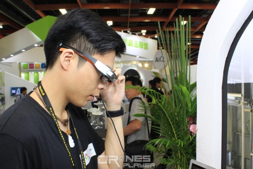 戴上智慧型眼鏡,工作人員便可看到工廠機器在混合實境中顯現的說明和線上指導。