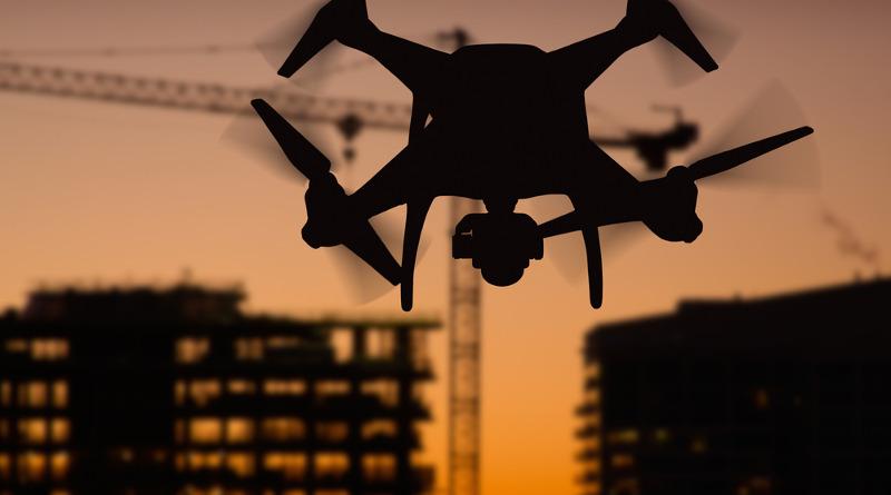 建築工地旁的 DJI Phantom 無人機剪影