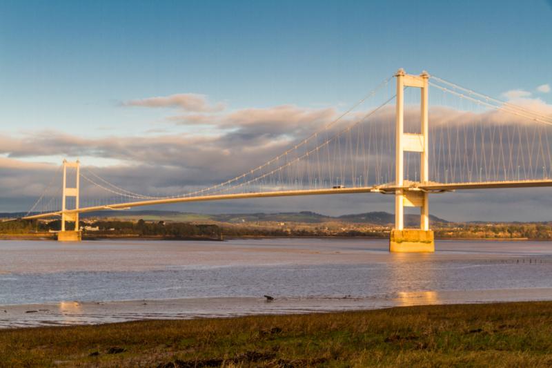 英國魯莽青年爬上 47 米高橋塔航拍 致塞文橋緊急關閉