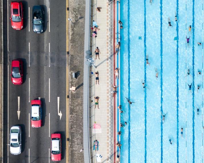 航拍泳池獲《國家地理》攝影獎 構圖突出與馬路強烈對比