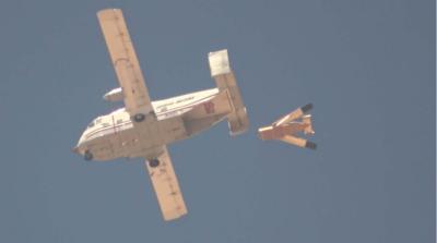 低成本木製無人機靠飛行載具帶動 空中被釋放後自動打開機翼