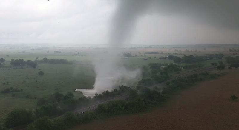 無人機近距離「追拍」龍捲風 被譽為年度天氣影片