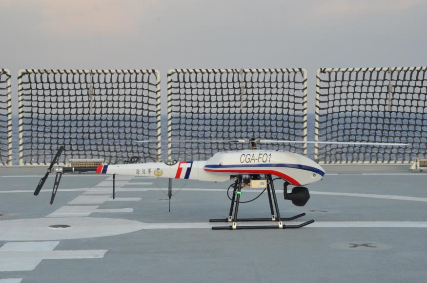 無人機首支援蒐證即建功 高雄艦水砲驅離越界大陸抽砂船
