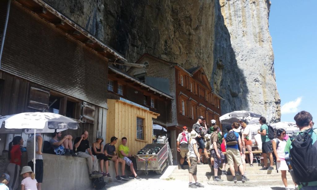 瑞士知名懸崖餐廳引大量航拍機 經理抱怨「很煩」且侵犯私隱