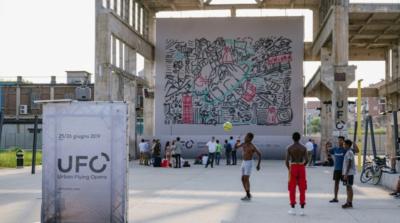 無人機成飛行藝術家 空中噴漆牆壁作畫