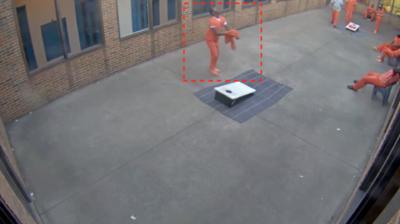 監控鏡頭全紀錄:無人機向監獄院子投降違禁品 囚犯急拿走