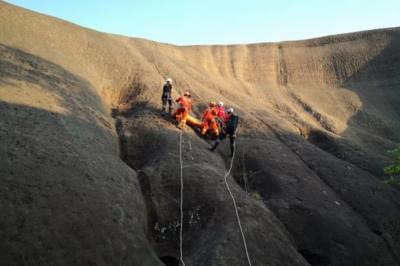 男子為撿航拍機墜崖骨折 山地救援隊繩降救人