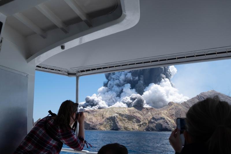 紐西蘭懷特島火山爆發釀 8 死 警:無人機定位部分失蹤者可能位置