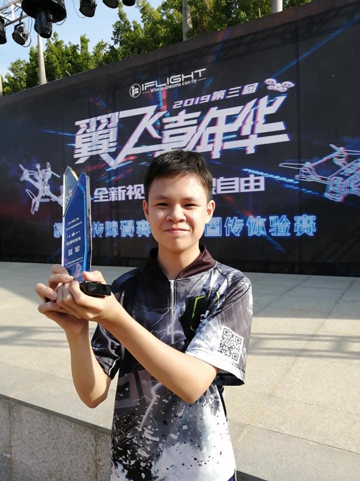 中小學生愛飛行! 15 歲青年對戰師兄 勇奪競速機耐力賽季軍