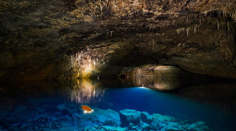 AI 水下無人機測最深地下湖泊 超越人類潛水員下潛深度