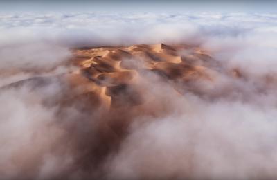 濃霧下空拍沙漠 幸運攝影師遇上美景一刻