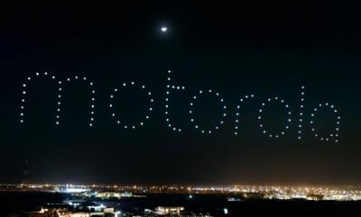 超驚豔! 無人機燈光匯演宣傳 MOTO 復刻版 RAZR 摺疊智能手機