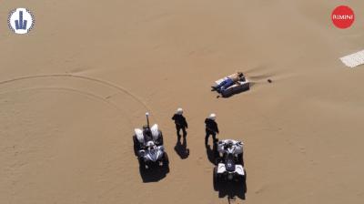 無人機直擊意男違封城令躺沙灘曬日光浴 警員到場執法反被批