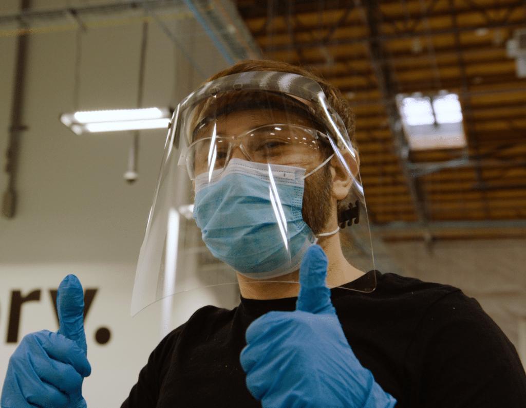 抗疫不能停! Amazon Prime Air 為醫護人員設計並量產保護面罩
