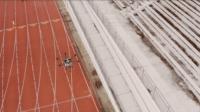 無人機飛入美式足球場噴灑消毒劑防疫 每小時可作業 20 萬平方尺